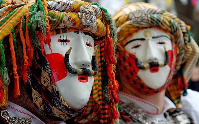 trigiro_naoussa_tours_Greece_boules_festival_tradition_masks