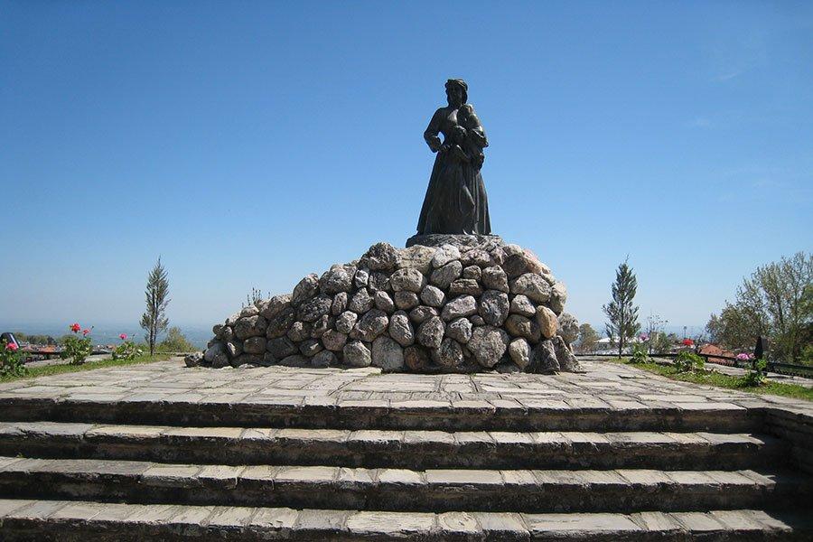 trigiro_tours_reason_visit_naoussa_history-memorial