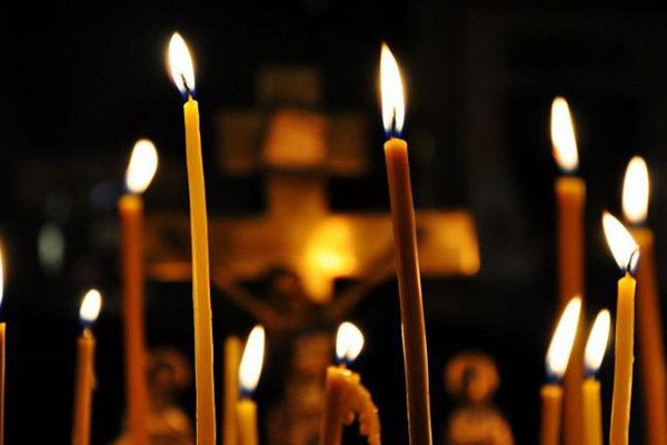 trigiro_travel_tours_greece_easter_candles_epitaph